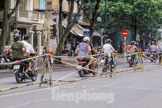 Giao thông hỗn loạn gần dự án ga ngầm trên phố Trần Hưng Đạo - Ảnh 6.