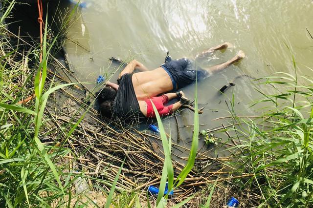 Bức ảnh chấn động về cái chết của hai cha con người di cư phơi bày sự tuyệt vọng tới cùng cực - Ảnh 1.