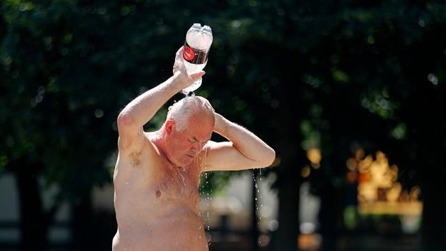 """Ảnh: Châu Âu quay cuồng trong đợt nắng nóng kỷ lục như """"địa ngục"""" - Ảnh 12."""