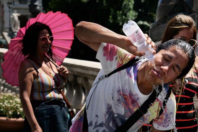 """Ảnh: Châu Âu quay cuồng trong đợt nắng nóng kỷ lục như """"địa ngục"""" - Ảnh 14."""