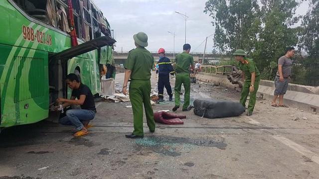 Xe khách lao xuống sông ở Thanh Hóa, nhiều thương vong - Ảnh 1.