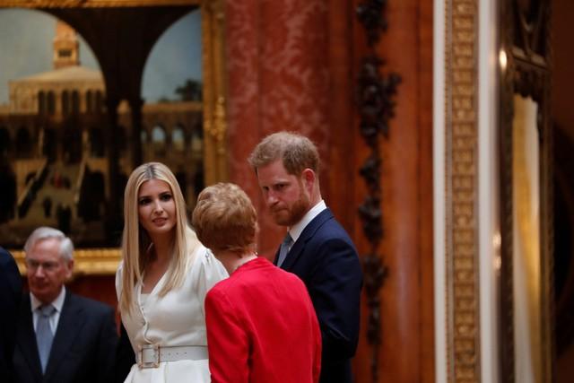 Ivanka Trump xinh đẹp tựa nữ thần, xuất hiện bất ngờ bên cạnh Hoàng tử Harry và thái độ của cả hai mới là điều đáng chú ý - Ảnh 4.