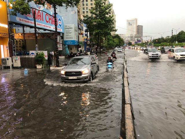 TP HCM: Đường lại thành sông sau trận mưa lớn  - Ảnh 5.
