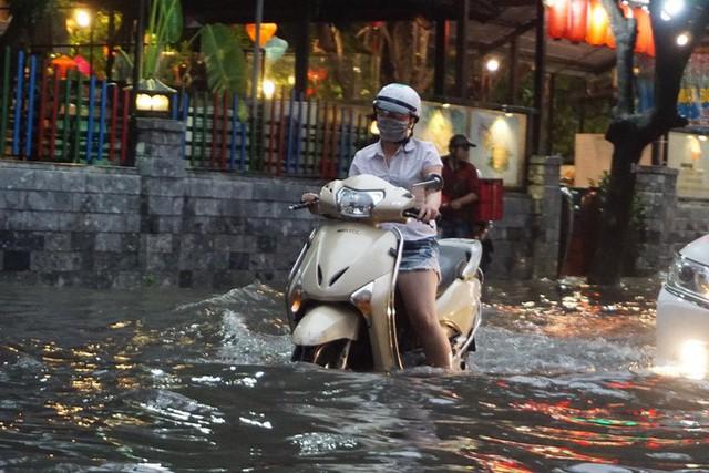 TP HCM: Đường lại thành sông sau trận mưa lớn  - Ảnh 6.