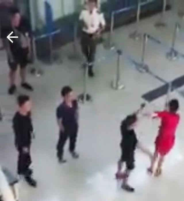 Hành khách đập đầu nhân viên hàng không - Ảnh 1.