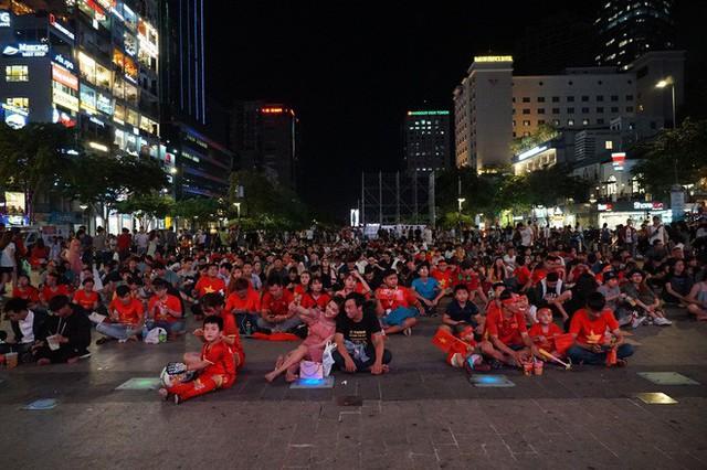 Người Sài Gòn hào hứng ra đường cổ vũ đội tuyển Việt Nam - Ảnh 1.