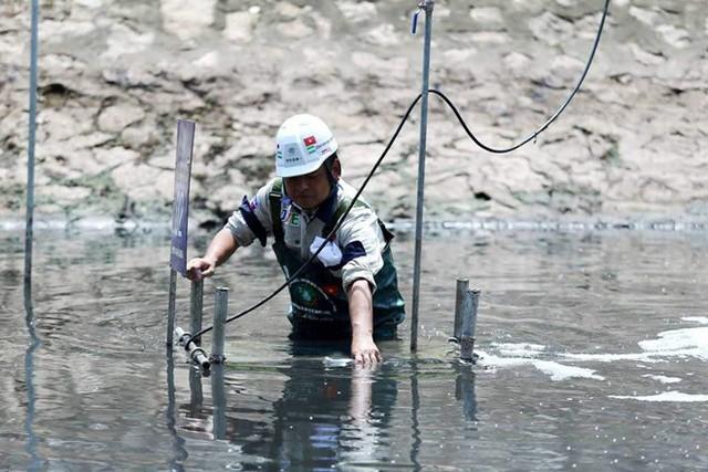 Chuyên gia Nhật Bản lội sông Tô Lịch khảo sát sau 20 ngày thí điểm làm sạch - Ảnh 4.