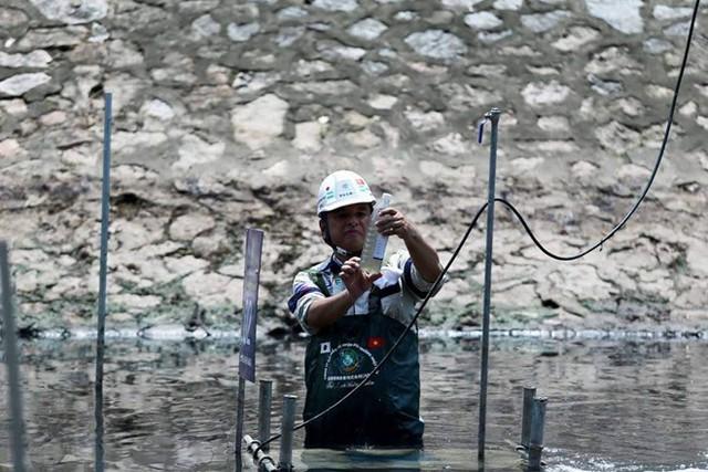Chuyên gia Nhật Bản lội sông Tô Lịch khảo sát sau 20 ngày thí điểm làm sạch - Ảnh 5.