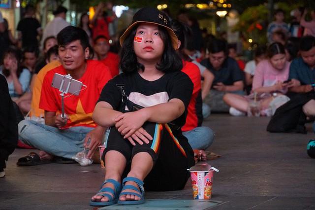 Người Sài Gòn hào hứng ra đường cổ vũ đội tuyển Việt Nam - Ảnh 6.