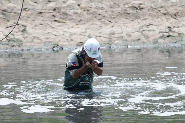 Chuyên gia Nhật Bản lội sông Tô Lịch khảo sát sau 20 ngày thí điểm làm sạch - Ảnh 7.