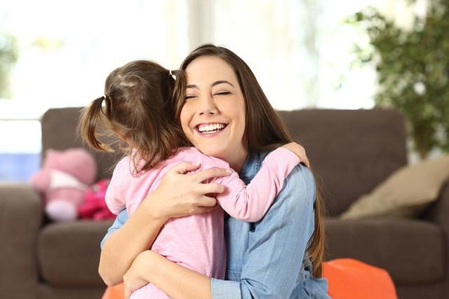 Muốn con trưởng thành mạnh mẽ, độc lập, cha mẹ đừng lạm dụng 5 kiểu an ủi con sai lầm này: Tưởng là trấn an, vỗ về nhưng thực ra là hại con - Ảnh 3.