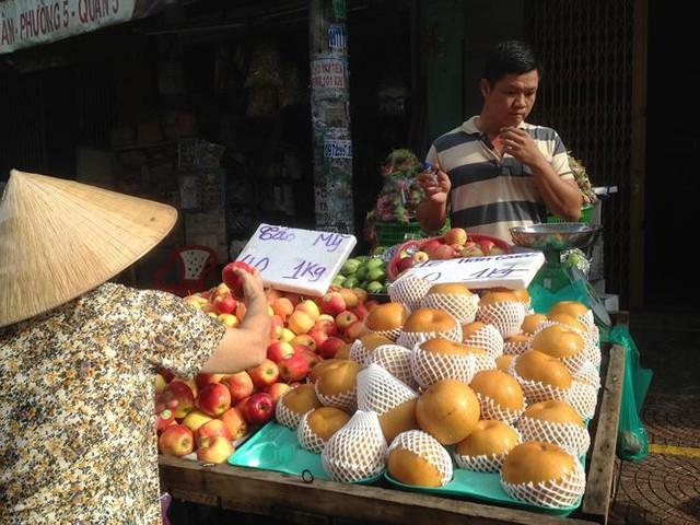 Táo Mỹ 40.000 đồng/kg ngập chợ Sài Gòn - Ảnh 1.