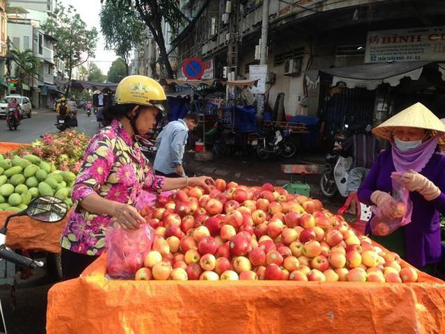 Táo Mỹ 40.000 đồng/kg ngập chợ Sài Gòn - Ảnh 2.