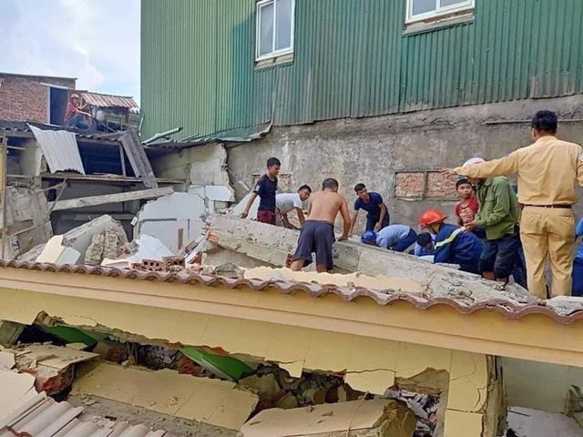Hà Tĩnh: Nhà sập khi đang sửa, có người bị vùi lấp dưới đống đổ nát - Ảnh 1.