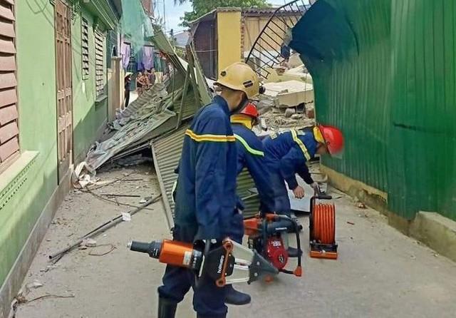 Hà Tĩnh: Nhà sập khi đang sửa, có người bị vùi lấp dưới đống đổ nát - Ảnh 2.