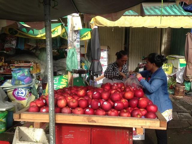 Táo Mỹ 40.000 đồng/kg ngập chợ Sài Gòn - Ảnh 5.
