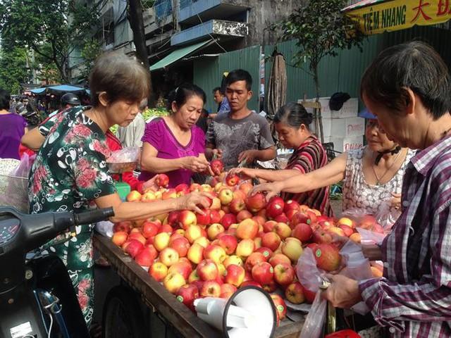 Táo Mỹ 40.000 đồng/kg ngập chợ Sài Gòn - Ảnh 7.
