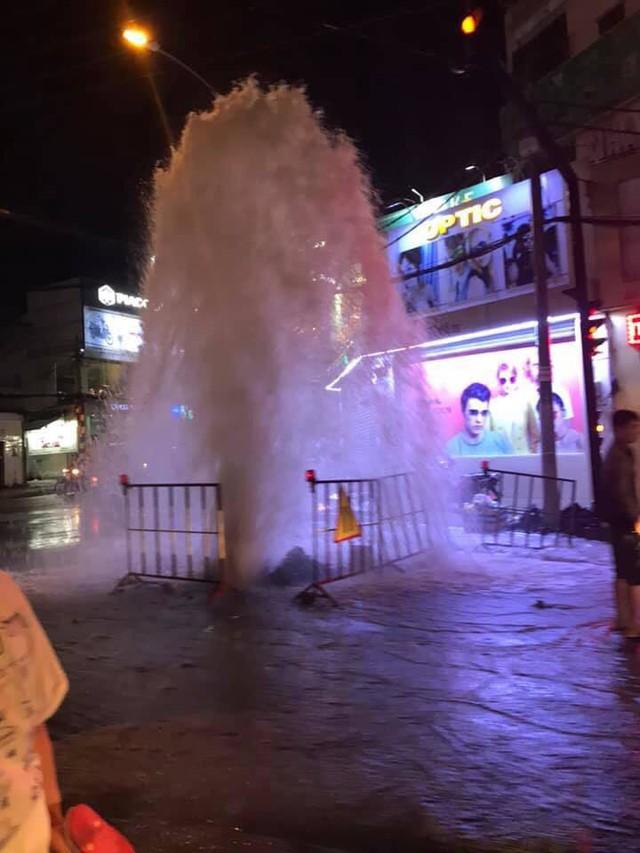 Xuất hiện vòi rồng giữa phố Sài Gòn, dân chạy tán loạn - Ảnh 3.