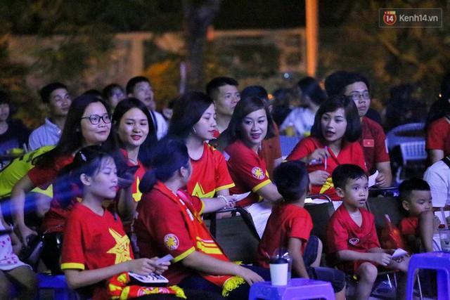 Hàng triệu CĐV Hà Nội và Sài Gòn xuống đường cổ vũ đội tuyển Việt Nam đá chung kết Kings Cup 2019 - Ảnh 12.