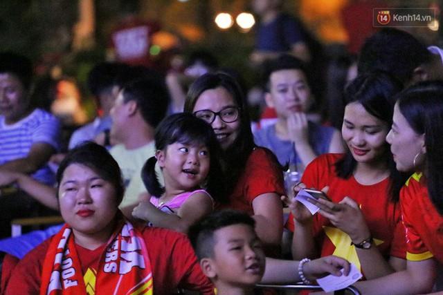Hàng triệu CĐV Hà Nội và Sài Gòn xuống đường cổ vũ đội tuyển Việt Nam đá chung kết Kings Cup 2019 - Ảnh 13.