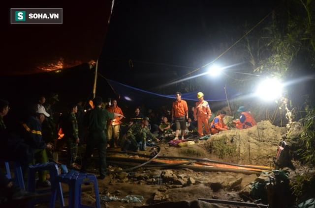 Từ hiện trường cứu hộ người đàn ông mắc kẹt dưới hang ở Lào Cai: Có mùi tử khí phát ra - Ảnh 3.