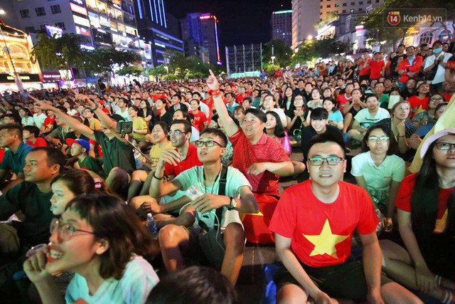 Hàng triệu CĐV Hà Nội và Sài Gòn xuống đường cổ vũ đội tuyển Việt Nam đá chung kết Kings Cup 2019 - Ảnh 9.
