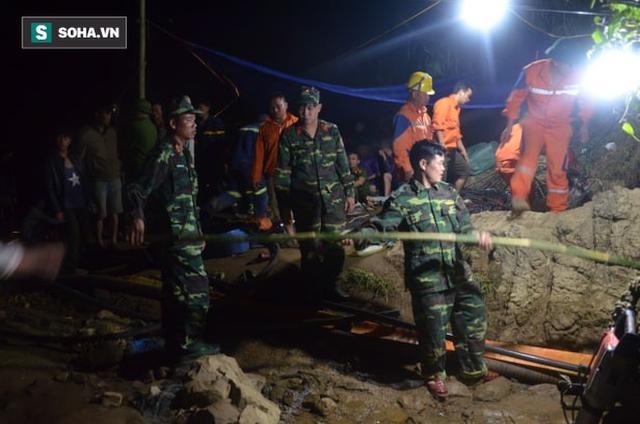 Từ hiện trường cứu hộ người đàn ông mắc kẹt dưới hang ở Lào Cai: Có mùi tử khí phát ra - Ảnh 9.