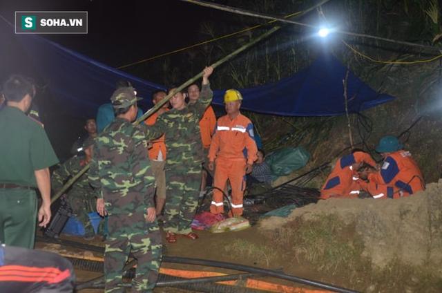Từ hiện trường cứu hộ người đàn ông mắc kẹt dưới hang ở Lào Cai: Có mùi tử khí phát ra - Ảnh 10.