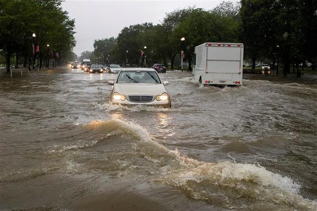 Hình ảnh lạ: Thủ đô nước Mỹ chìm trong biển nước, Nhà Trắng cũng bị ngập - Ảnh 3.