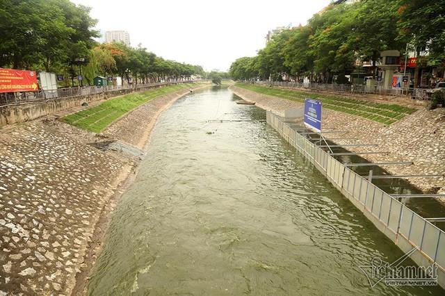 Triệu khối nước cuồn cuộn đổ vào, sông Tô Lịch biến sắc - Ảnh 3.
