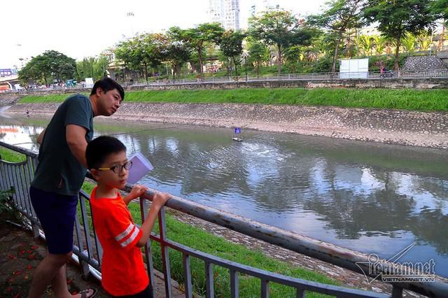 Triệu khối nước cuồn cuộn đổ vào, sông Tô Lịch biến sắc - Ảnh 13.