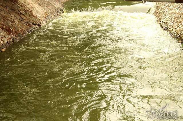 Triệu khối nước cuồn cuộn đổ vào, sông Tô Lịch biến sắc - Ảnh 6.