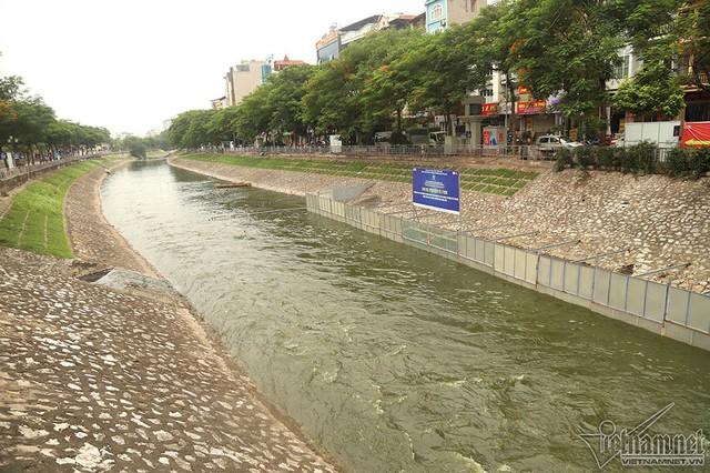 Triệu khối nước cuồn cuộn đổ vào, sông Tô Lịch biến sắc - Ảnh 7.