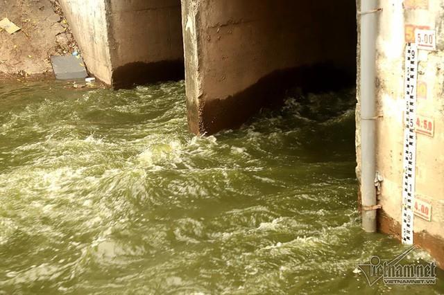 Triệu khối nước cuồn cuộn đổ vào, sông Tô Lịch biến sắc - Ảnh 8.