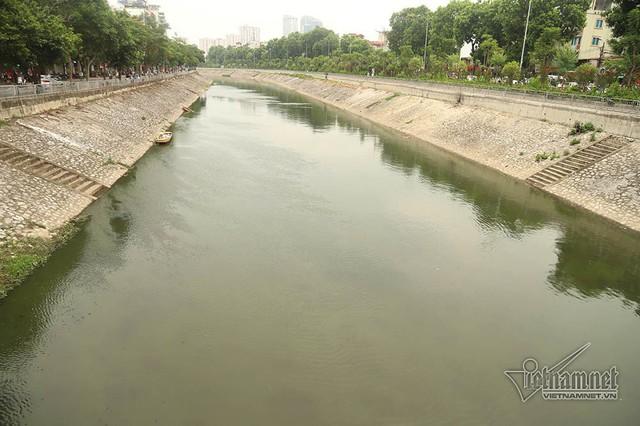 Triệu khối nước cuồn cuộn đổ vào, sông Tô Lịch biến sắc - Ảnh 11.