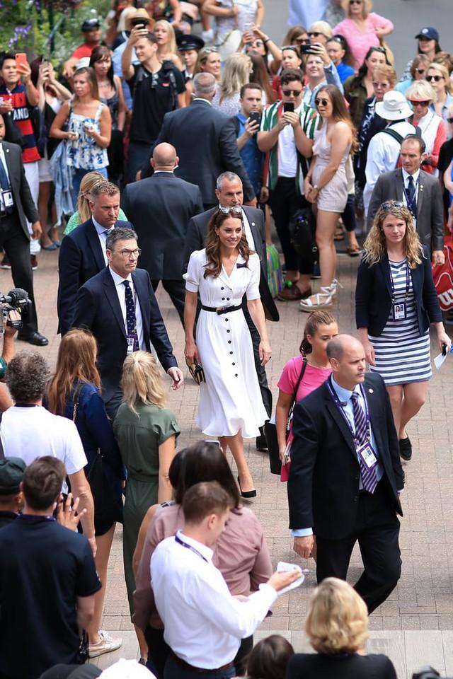 Mới làm dâu hoàng gia đã tỏ thái độ chảnh chọe, Meghan Markle còn phải chạy dài mới theo kịp chị đại Kate, đẳng cấp là phải thế này đây - Ảnh 3.