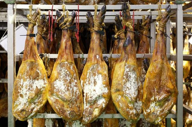 Treo đùi lợn trên núi hơn 1 năm cho mốc meo rồi gọi nó là báu vật ẩm thực, chắc cũng chỉ có người Tây Ban Nha - Ảnh 4.