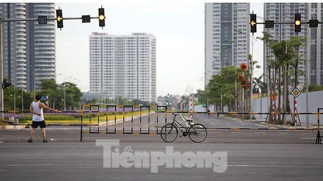 Người dân thoải mái tập thể dục buổi sáng trên con đường 8 làn sắp thông xe - Ảnh 1.