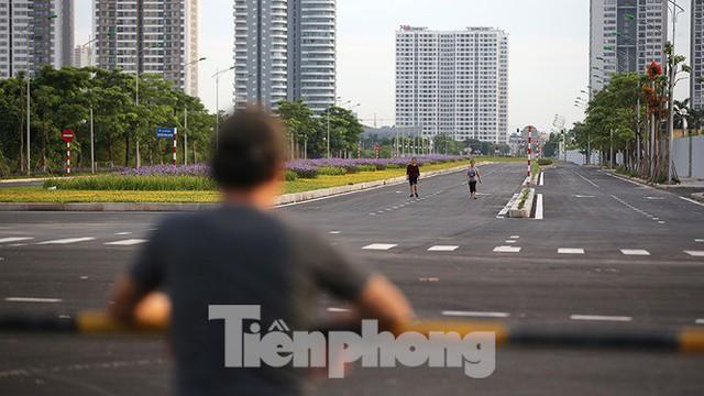 Người dân thoải mái tập thể dục buổi sáng trên con đường 8 làn sắp thông xe - Ảnh 11.