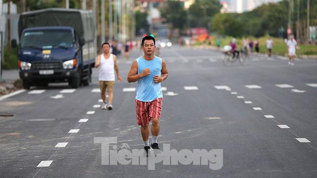 Người dân thoải mái tập thể dục buổi sáng trên con đường 8 làn sắp thông xe - Ảnh 6.