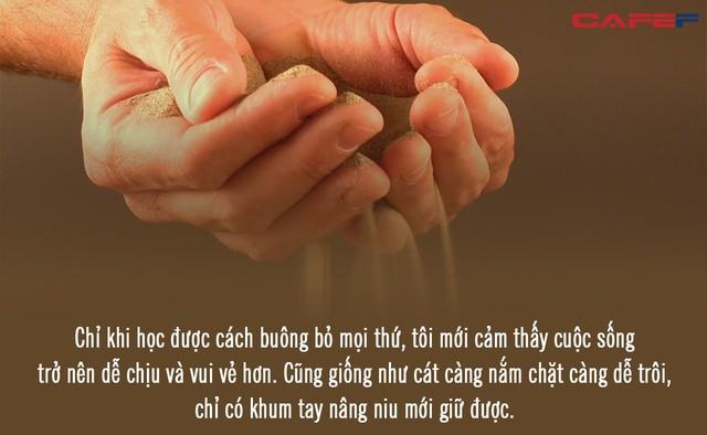 Cuộc sống như nắm cát trong tay, nắm càng chặt, càng dễ trôi: Khum tay nâng niu mới giữ được cát, học cách chấp nhận nghịch cảnh mới thấy nhẹ lòng - Ảnh 2.