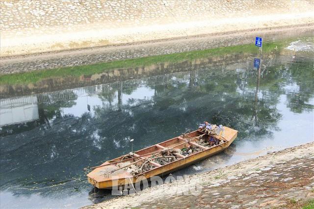 Nước sông Tô Lịch đen trở lại, xuất hiện cá chết trắng nổi lềnh bềnh - Ảnh 6.