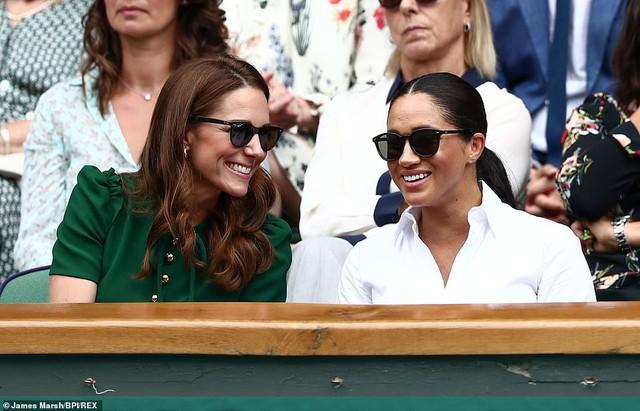 """Công nương Kate chứng tỏ đẳng cấp """"chị đại"""" trước em dâu bằng một loạt hành động ghi điểm nhưng phản ứng của Meghan Markle khiến nhiều người phải """"ngứa mắt"""" - Ảnh 6."""