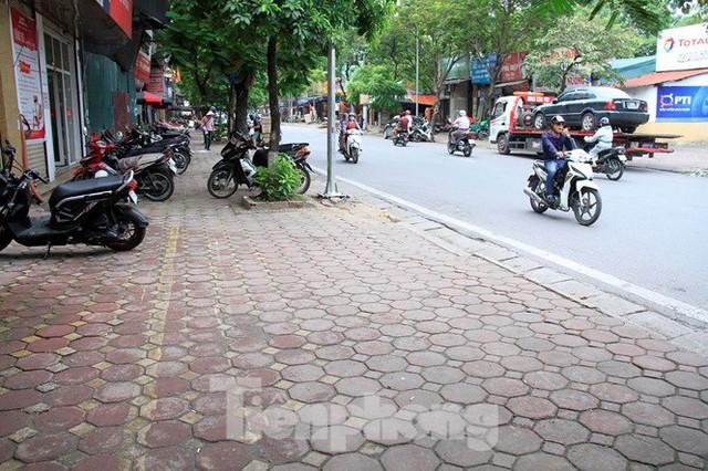 Hà Nội: Xuất hiện tuyến phố chỉ lát một bên ... vỉa hè - Ảnh 2.