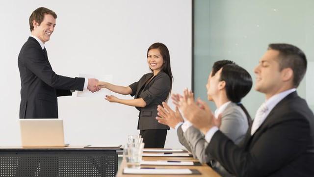 Nghệ thuật lãnh đạo: Đây là cách những ông chủ tài giỏi nhất đưa ra lời khen ngợi cho nhân viên của mình - Ảnh 1.