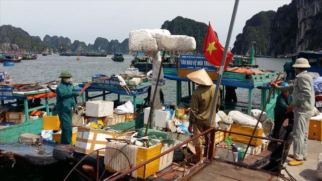 Vịnh Hạ Long: Mỗi ngày vớt 6-7 tấn rác, vớt xong rác lại đầy - Ảnh 2.