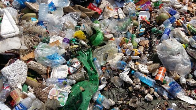 Vịnh Hạ Long: Mỗi ngày vớt 6-7 tấn rác, vớt xong rác lại đầy - Ảnh 3.