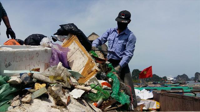 Vịnh Hạ Long: Mỗi ngày vớt 6-7 tấn rác, vớt xong rác lại đầy - Ảnh 4.