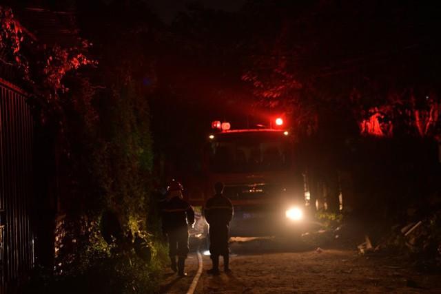 Cháy lớn thiêu rụi xưởng nhựa ở Hà Nội, 2 người may mắn thoát nạn - Ảnh 1.