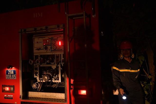 Cháy lớn thiêu rụi xưởng nhựa ở Hà Nội, 2 người may mắn thoát nạn - Ảnh 2.
